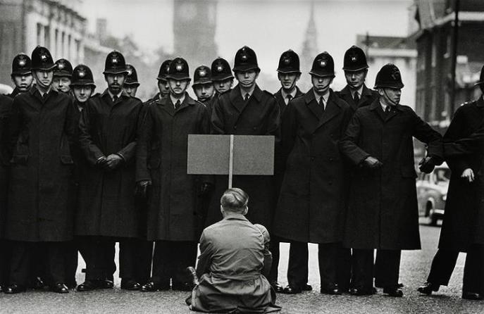 protesto pela paz,em 1962 em londres durante a crise dos misseis