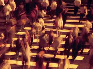 pessoas apressadas atravessando_400 x 300 pxl