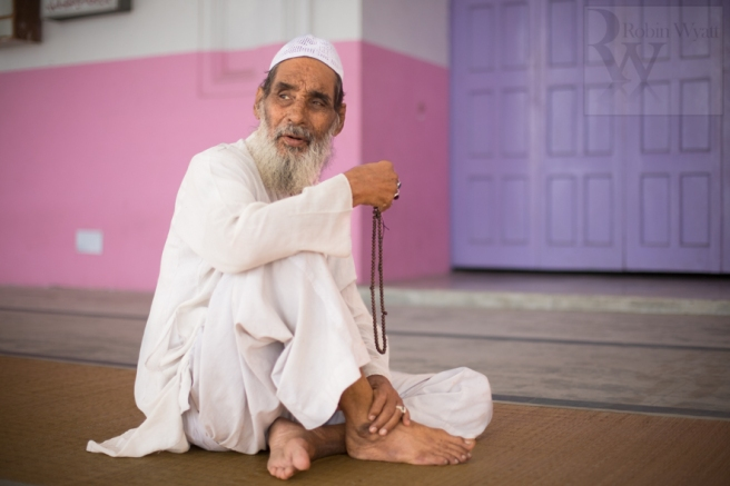 travel-photographer-tourism-india-uttar-pradesh-moradabad-jama-masjid-devotee-tasbeeh-dhikr-25535