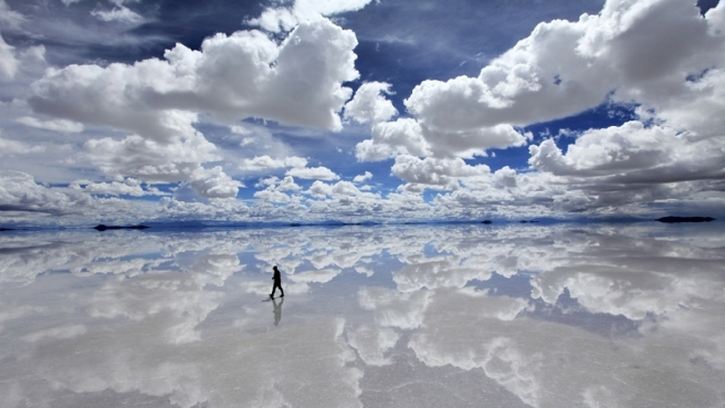 clouds bolivia bright reflections sillhouette blue skies rainy season lone man distant horizon 19_www.wallpaperhi.com_78