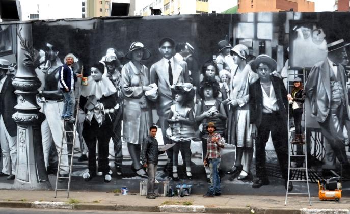 da-esq-para-a-dir-Marcos-Rafael-dos-Santos-Agnaldo-Britto-Pereira-Eduardo-Kobra-e-Andressa-Munin-Duarte-dão-os-últimos-retoques-no-novo-mural